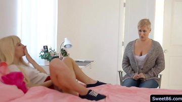 Stepmomis watching her stepdaughter faps infront of her